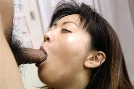 Saki Shiina gets cum on her body!